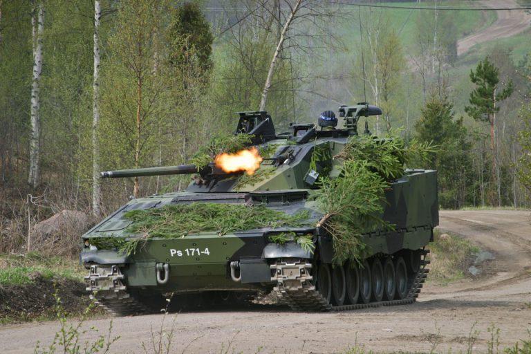 Tanskan puolustusvoimain komentaja kenr Jesper Helson vierailu rynn‰kkˆpanssarivaunu CV9030 FIN