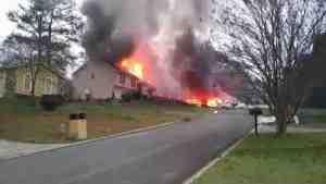 Самолет рухнул на жилой дом в США