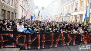 Слепящие файеры: зачем Киеву ультрасы-боевики
