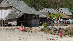 На Филиппинах вооруженные люди напали на деревню