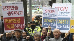 Граждане Южной Кореи пикетируют посольство США