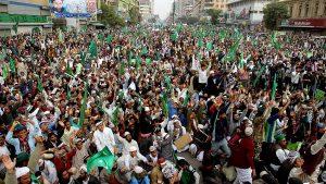 Экс-премьер Пакистана начал заезд по стране с целью демонстрации своей политической силы