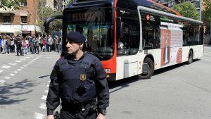 Неизвестный на автомобиле протаранил толпу людей в Барселоне