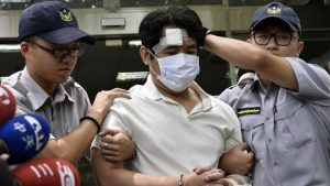У здания администрации Тайваня на охранника напал мужчина с мечом