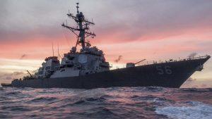 Ракетный эсминец ВМФ США столкнулся недалеко от Сингапура с торговым судном