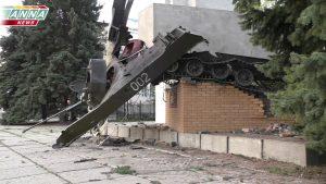 Остатки взорванного памятника в Луганске