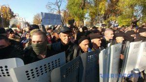 МВД Украины требует от митингующих у Рады вернуть госимущество