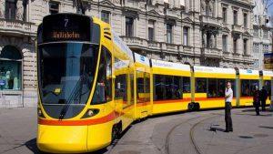 В Швейцарии грузовик столкнулся с трамваем