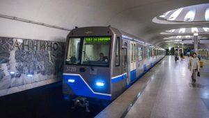 В Москве мужчина упал на рельсы метро