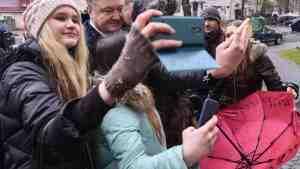Мокрый Порошенко стали предметом споров в соцсетях