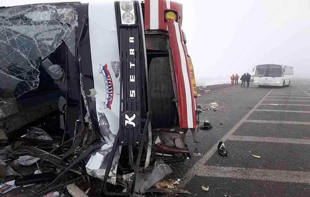 При столкновении автобуса и большегруза под Тюменью пострадали 13 человек