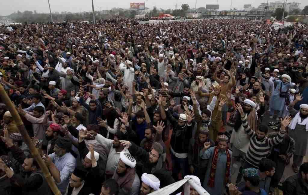 ВИсламабаде в итоге столкновений пострадали около сотни полицейских