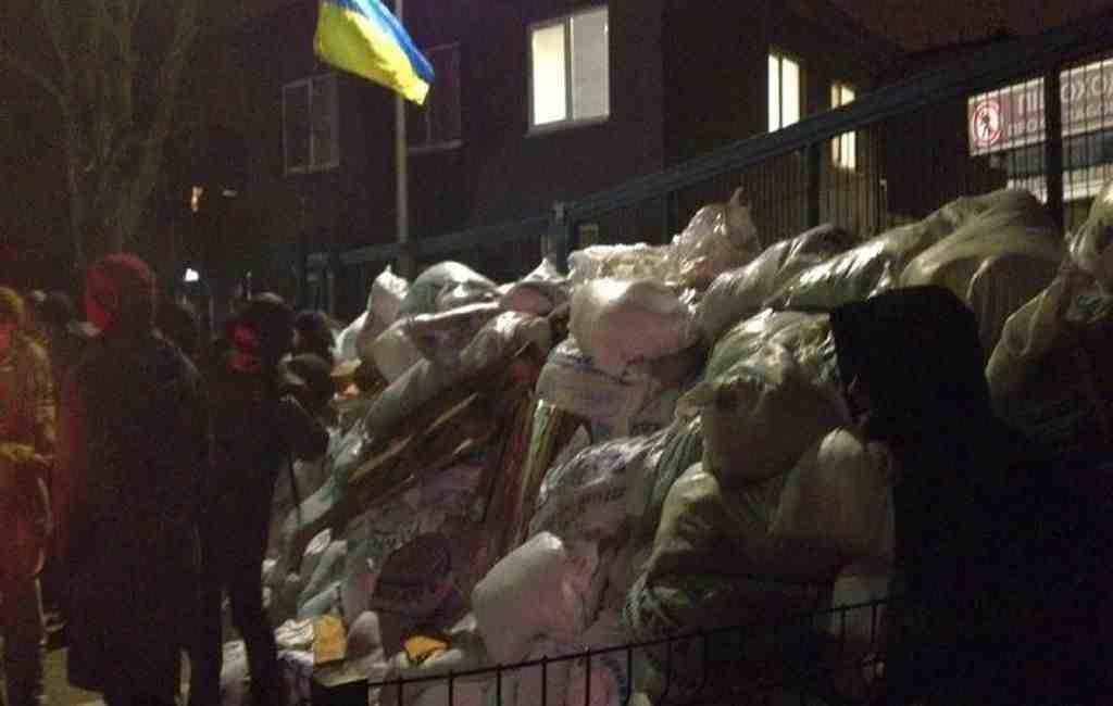 Радикалы разбирают баррикады уофиса украинского канала NewsOne вКиеве