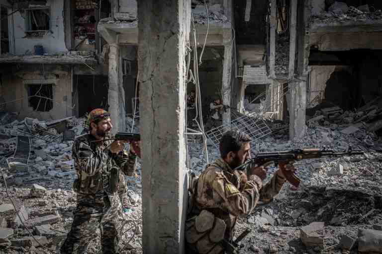 A picture made available on 14 August 2017 shows soldiers of the Syrian Democratic Forces (SDF) during fighting with the so-called Islamic State in its Syrian stronghold of Raqqa, 12 August 2017. Photo: Morukc Umnaber/dpa