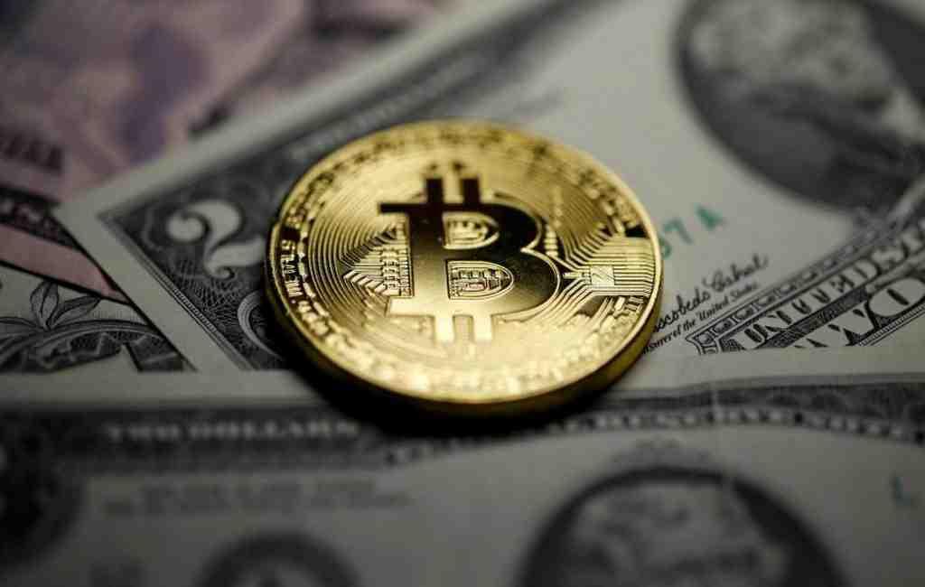 Экономисты пояснили снижение курса биткоина после рекордного взлета