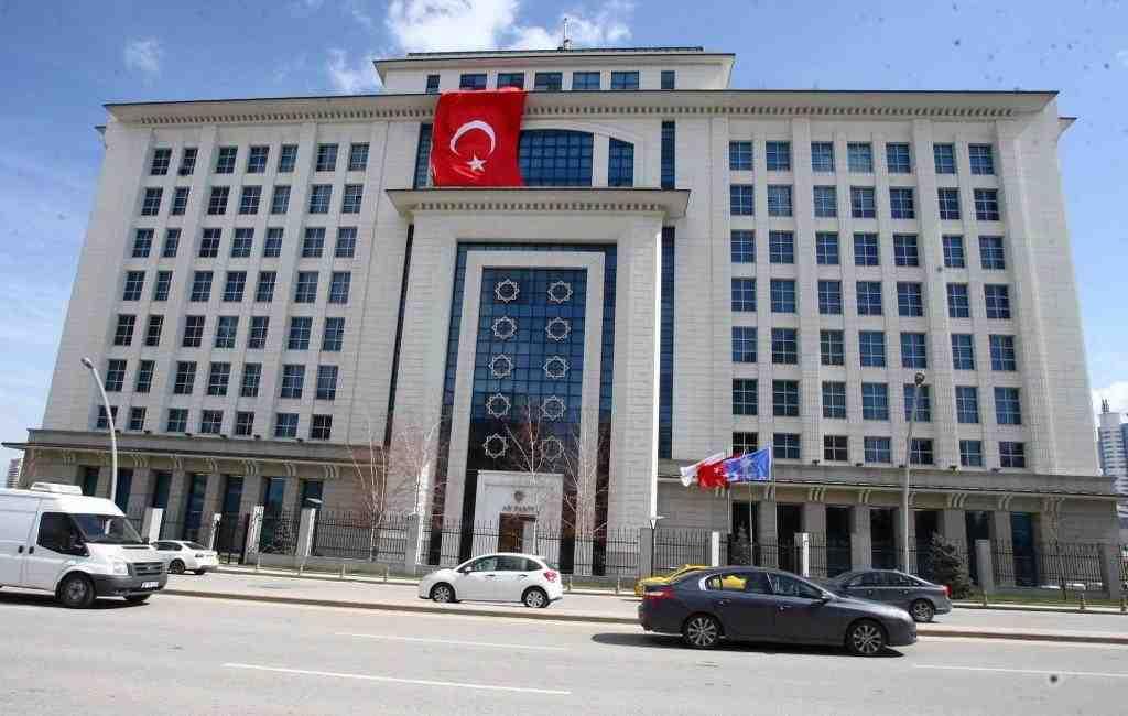В Турции уволили более 2,7 тысячи госслужащих