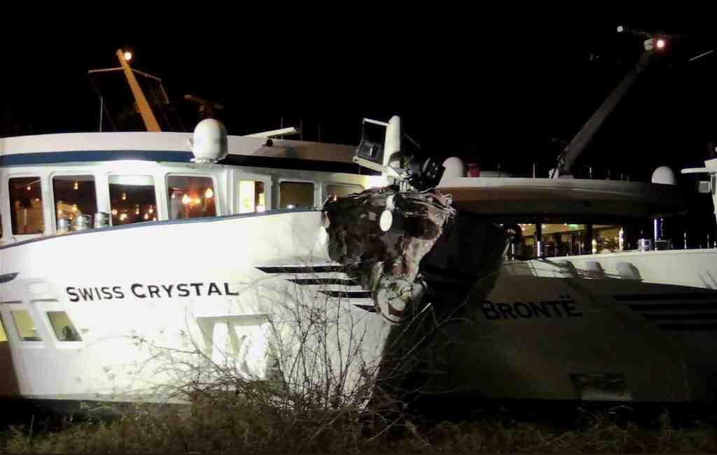 ВГермании пассажирское судно со129 пассажирами наборту протаранило опору моста