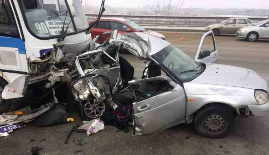 Автобус спассажирами вОмске попал вжуткое ДТП, трое погибли