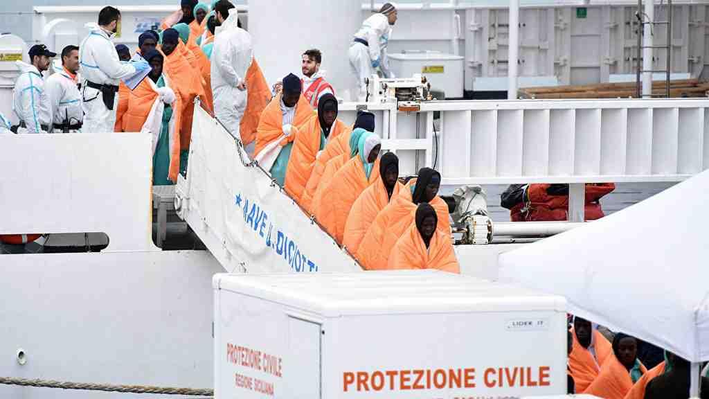 ВСредиземном море перевернулась надувная лодка смигрантами-нелегалами