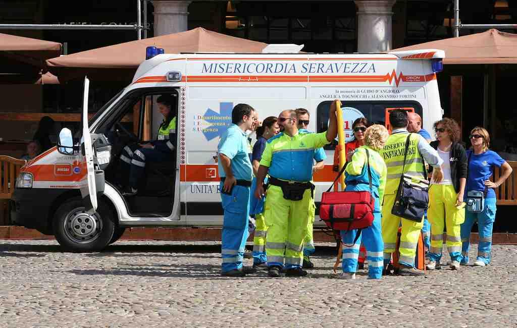 Насевере Италии перевернулся ученический автобус