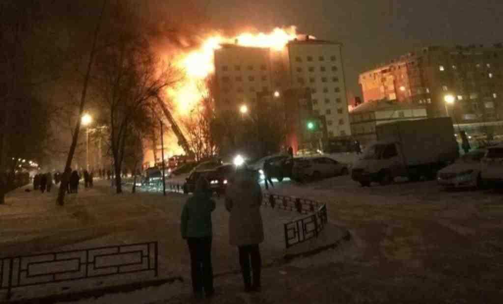 138 человек эвакуированы из чудовищного пожара вдевятиэтажке вТюмени