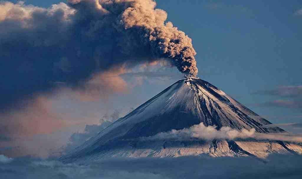Вулкан Ключевская сопка выбросил столб пепла вышиной 6 километров