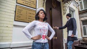Проверку женских бюстов устроили перед заседанием «суда Януковича»