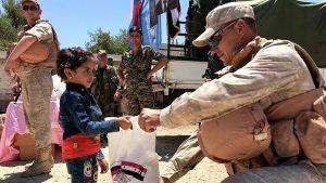 Российские военные доставили гуманитарную помощь в одну из школ Сирии