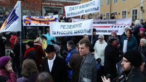 В Латвии проходит митинг в защиту русских школ
