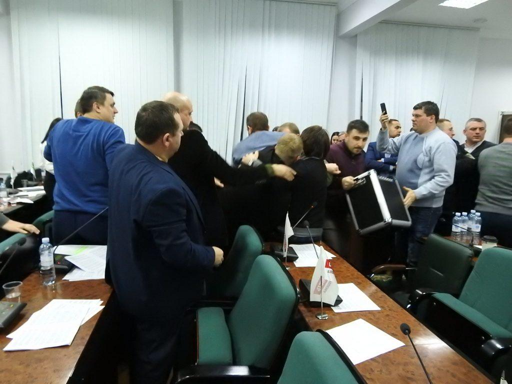 Народные избранники горсовета Луцка устроили драку наночном совещании