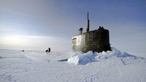 Экипаж американской подводной лодки могут сожрать белые медведи!