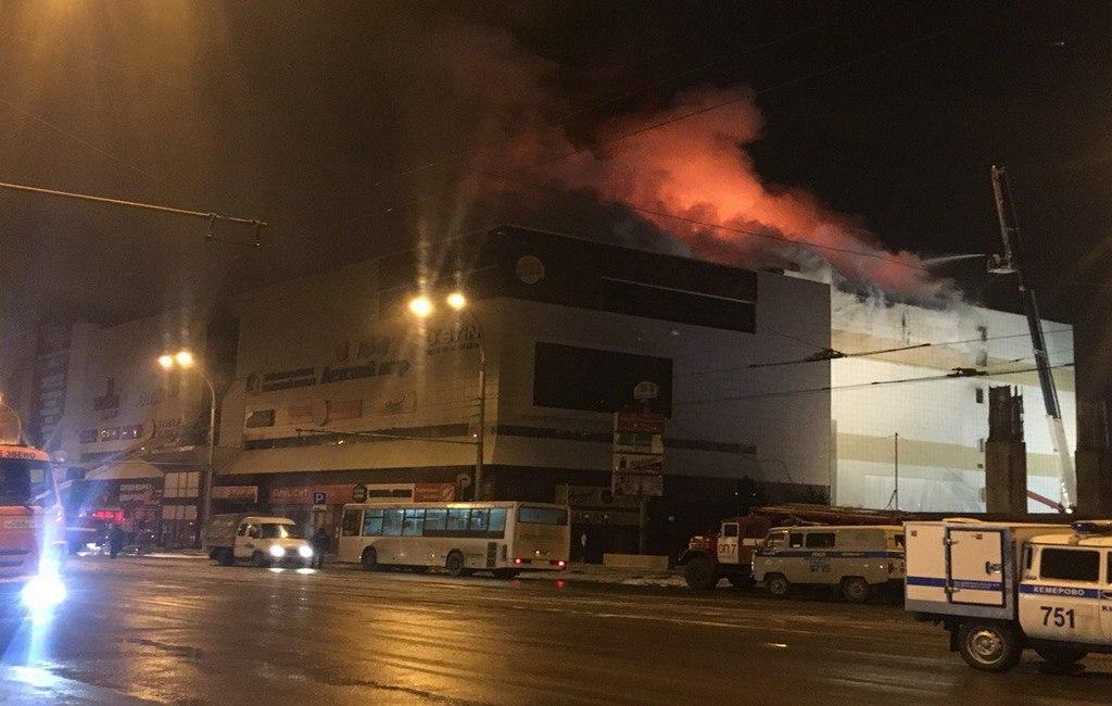 Вгорящем коммерческом центре вКемерове обрушилась кровля