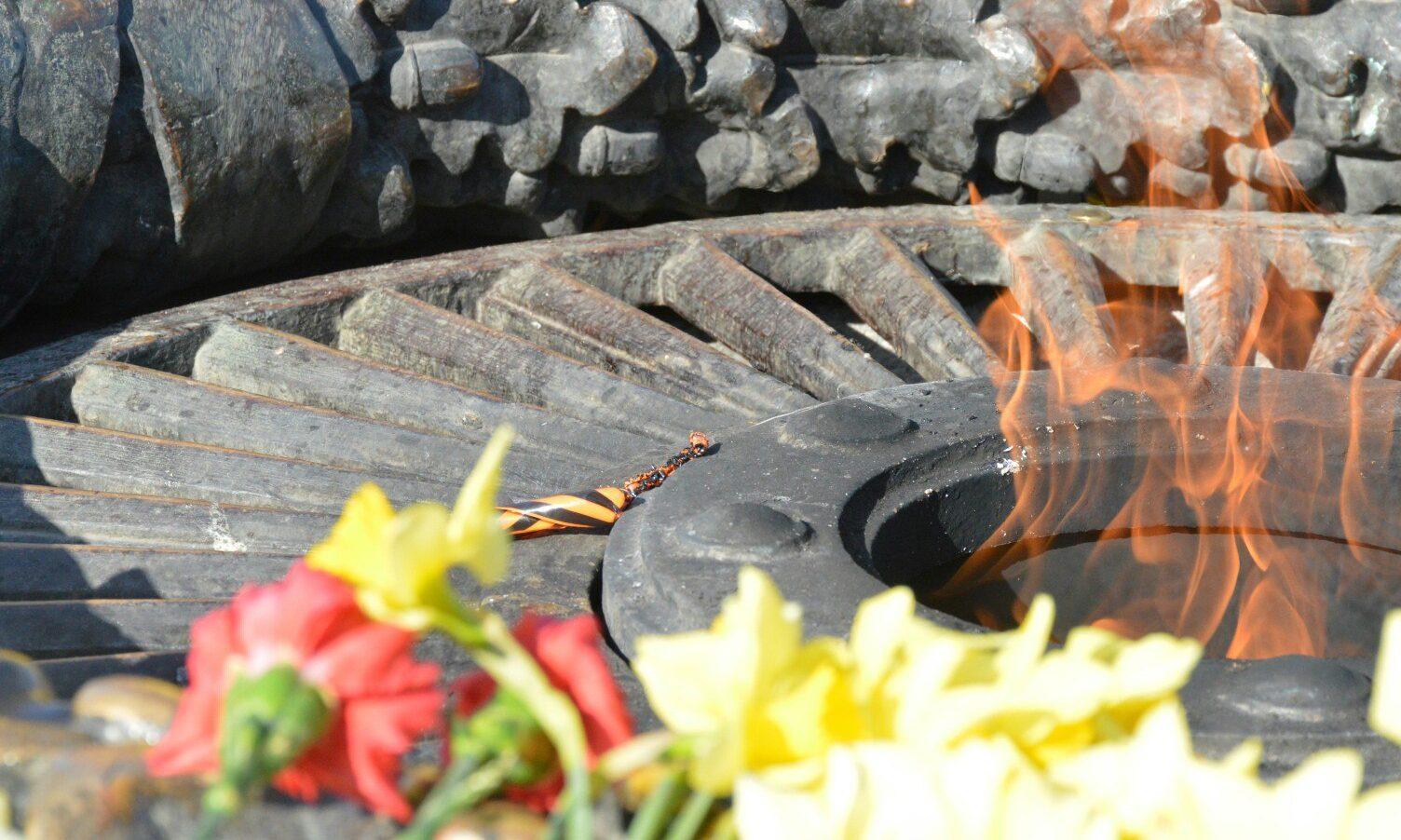 Националисты сожгли георгиевскую ленту около бессрочного огня вОдессе