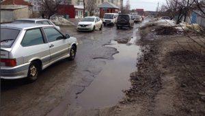 Картошка вместо асфальта заполнила дорожные ямы подле Харькова