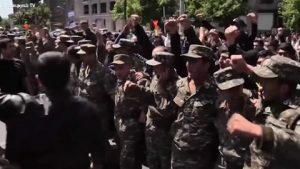 Минобороны Армении отреагировало на участие военных в митинге оппозиции
