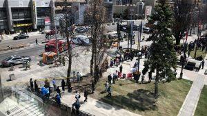 В Торонто микроавтобус въехал в толпу