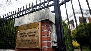 Американцы взламывают дверь в пустую резиденцию посла РФ в Сиэтле