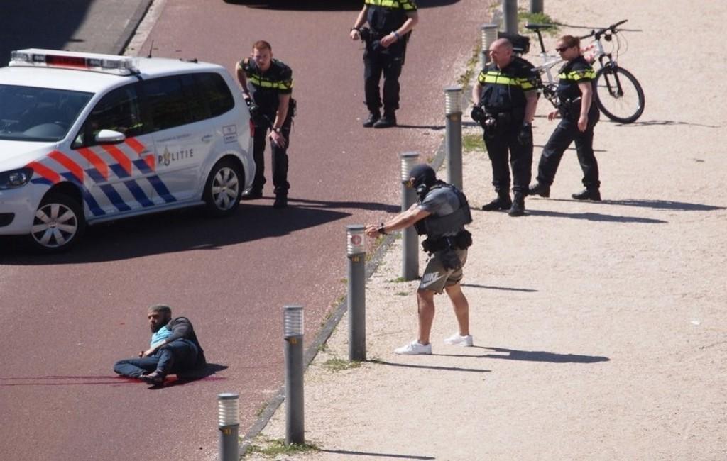 ВГааге мужчина сножом напал напрохожих. Есть раненые