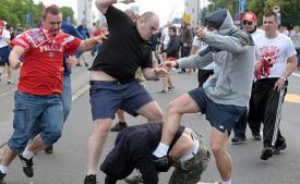 Проломили голову и укоротили язык: На троих украинцев напали под Варшавой