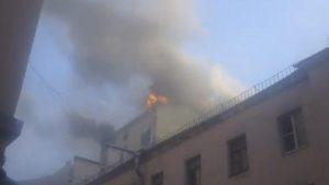 В центре Петербурга горит здание универмага