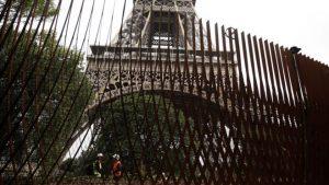 Эйфелеву башню обнесут стеной для защиты от террористических угроз