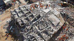 В Индии строящееся здание рухнуло на жилую многоэтажку