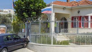 Неизвестный на автомобиле попытался проникнуть в консульство РФ на Кипре