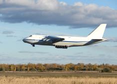 Сверхтяжелый самолет АН-124-100 набирает высоту
