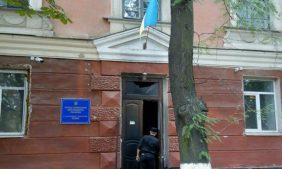 К приезду Порошенко в Херсоне сожгли его офис и раскидали знаковые листовки