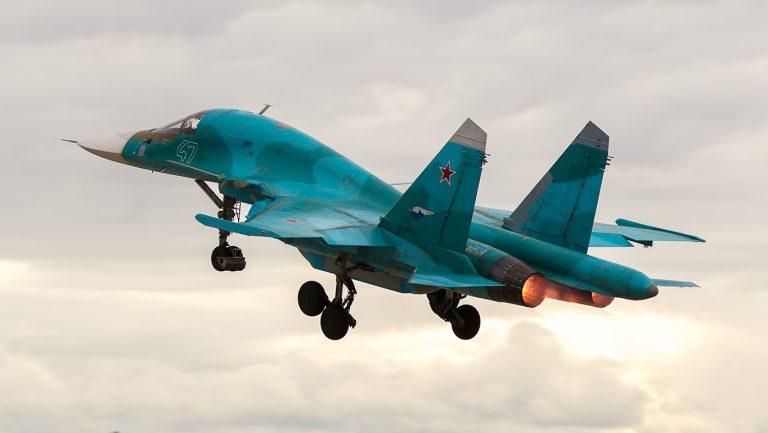Опытный образец фронтового бомбардировщика Су-34 с подвешенным универсальным контейнером разведки