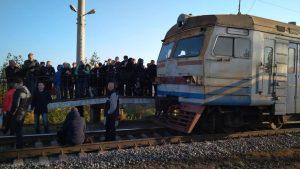 Рельсовый бунт: В Киеве пассажиры застопорили электропоезд