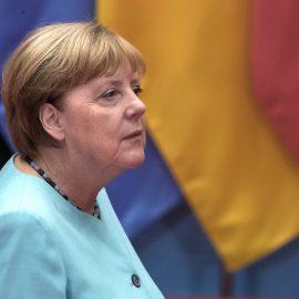 Меркель вновь стало плохо на публике — [видео]