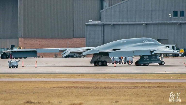 Тяжёлый малозаметный стратегический бомбардировщик Northrop B-2 Spirit с бортовым номером 89-0128 в аэропорту Колорадо-Спрингс
