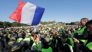 Францию сотрясают бензиновые бунты